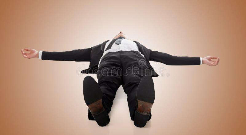 Бизнесмен лежа на земле стоковые фото