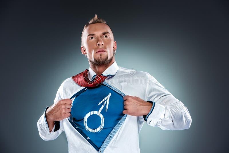 Бизнесмен действуя как супергерой и срывать стоковое изображение
