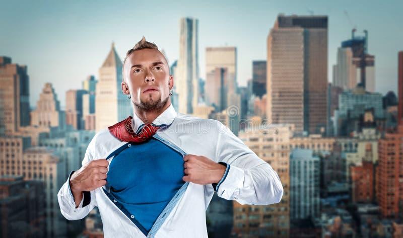 Бизнесмен действуя как супергерой и срывать стоковая фотография rf