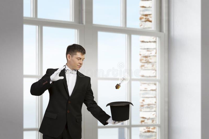 Download Бизнесмен демонстрируя волшебство Мультимедиа Стоковое Фото - изображение насчитывающей выходка, жизнерадостно: 81809370