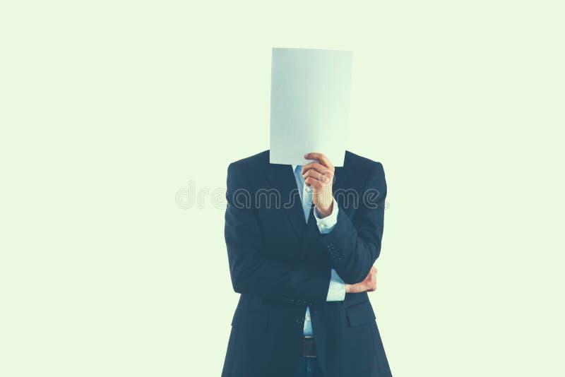Бизнесмен держащ папки около стороны изолированной на белой предпосылке стоковое фото