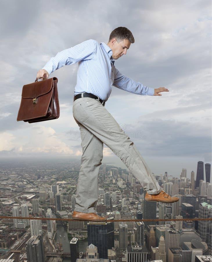 Бизнесмен держа его баланс стоковые фото
