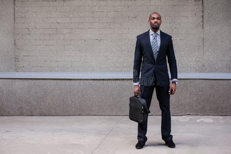 Бизнесмен держа его портфель стоковые фотографии rf