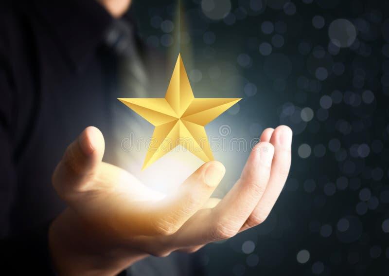 Бизнесмен держа звезду высокого профессионализма стоковое фото rf