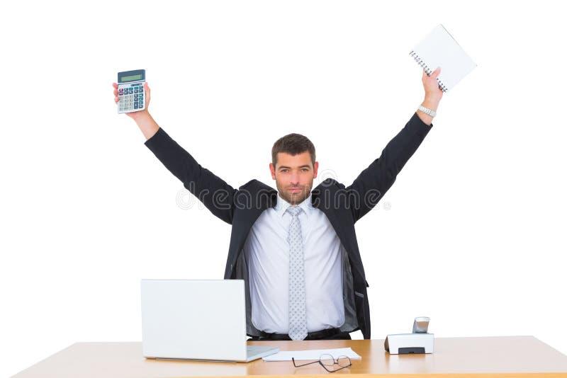 Бизнесмен держа калькулятор и дневник стоковое фото