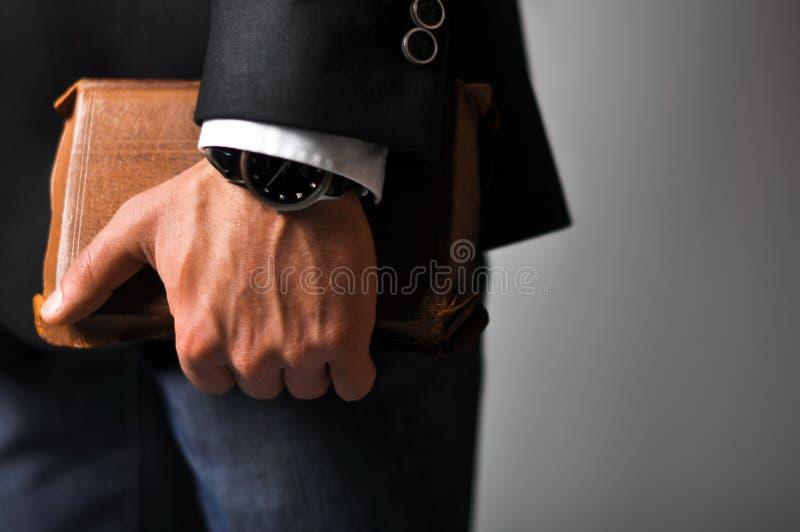 Бизнесмен держа книгу стоковое фото rf