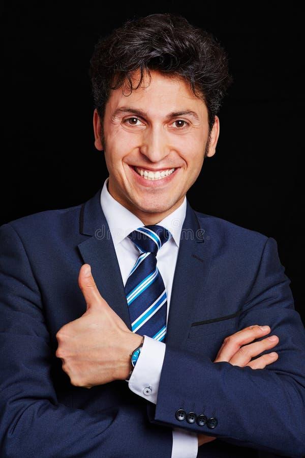 Бизнесмен держа маленький глоток большого пальца руки стоковые фотографии rf