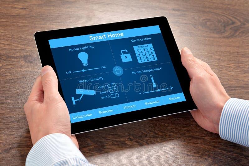 Бизнесмен держа планшет с домом системы умным стоковые фото