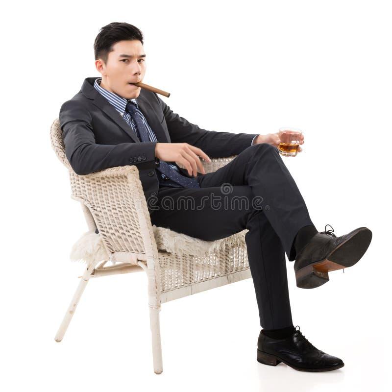 Бизнесмен держа сигару стоковые фотографии rf
