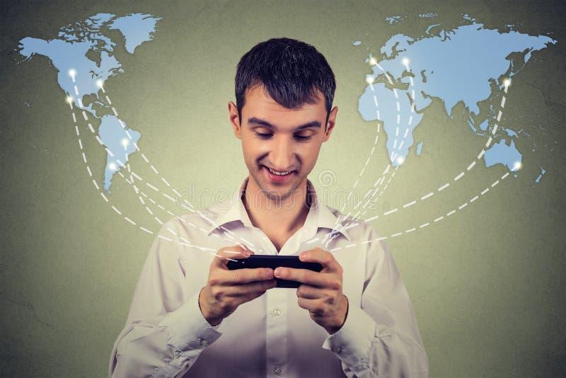 Бизнесмен держа соединенный smartphone интернет просматривать всемирно иллюстрация штока