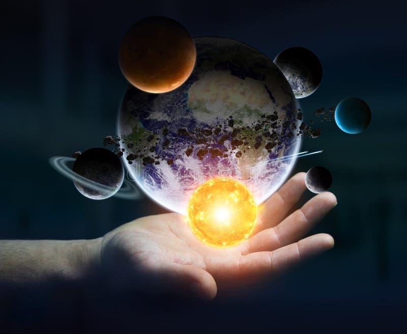 Бизнесмен держа солнечную систему в его руке иллюстрация вектора
