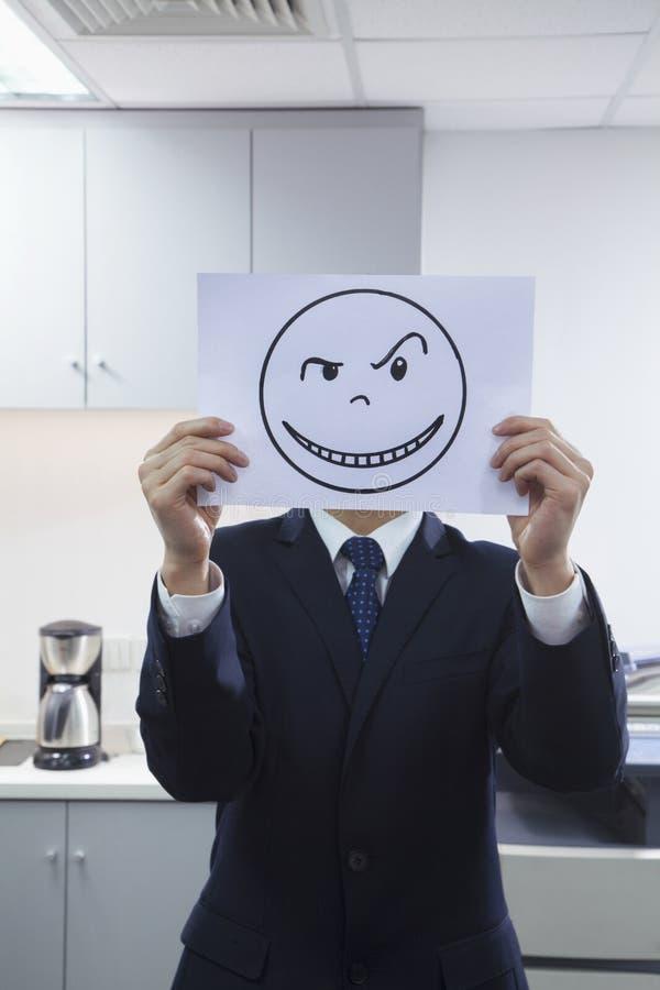 Бизнесмен держа счастливую сторону на бумаге над стороной бесплатная иллюстрация
