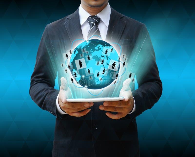 Бизнесмен держа технологию мира таблетки стоковые изображения rf