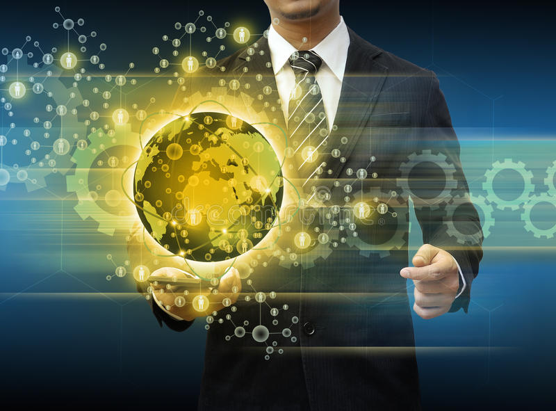 Бизнесмен держа технологию мира smartphone и социальные средства массовой информации стоковые изображения rf