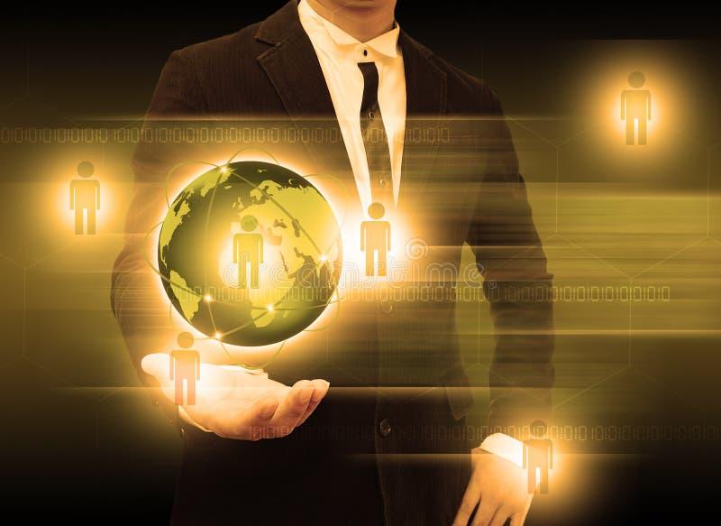 Бизнесмен держа технологию мира smartphone и социальные средства массовой информации стоковые фотографии rf