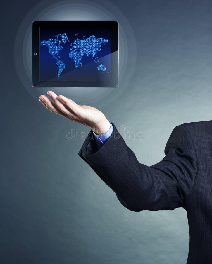 Бизнесмен держа цифровую таблетку стоковые изображения