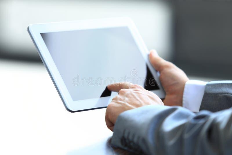 Бизнесмен держа цифровую таблетку Стоковое фото RF