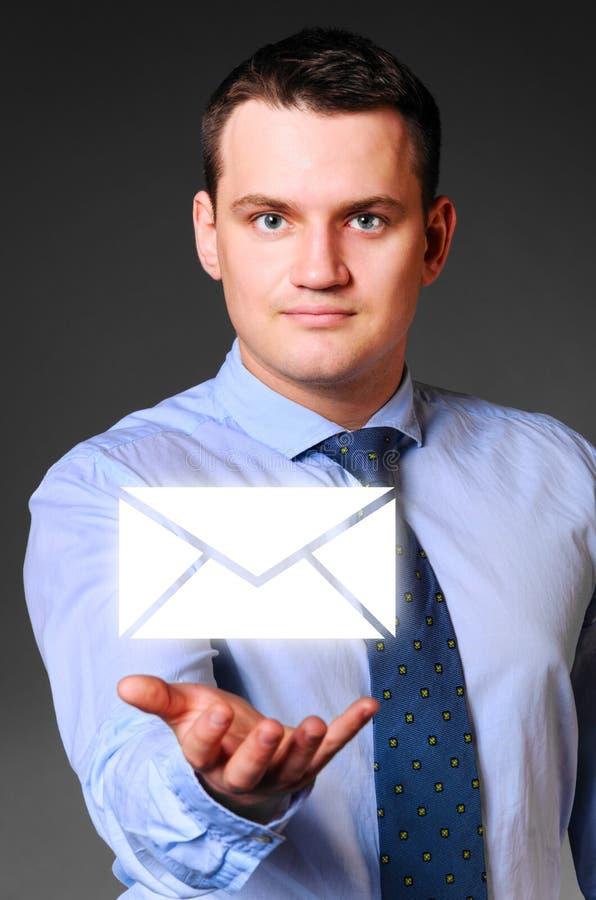 Download Бизнесмен держит сообщение стоковое изображение. изображение насчитывающей экземпляр - 33738993