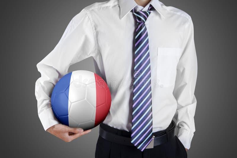 Бизнесмен держит шарик в студии стоковое изображение rf
