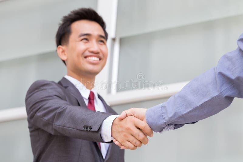 Бизнесмен делая рукопожатие стоковые изображения rf
