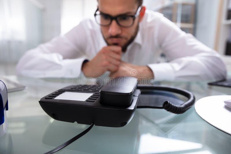 Бизнесмен ждать звонок стоковая фотография