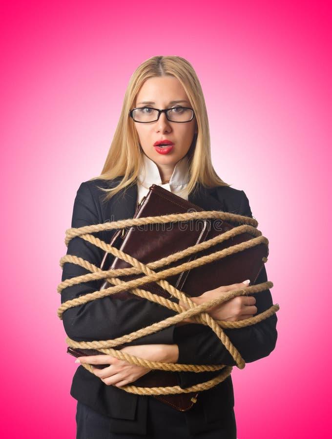 Бизнесмен женщины связанный вверх с веревочкой стоковое изображение