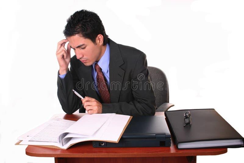 бизнесмен заключает контракт чтение стоковая фотография