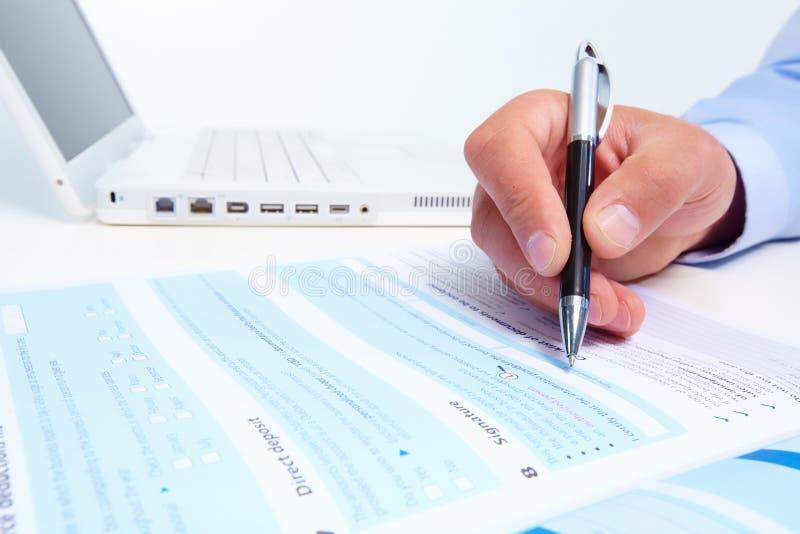Бизнесмен заполняя форму. стоковое изображение rf