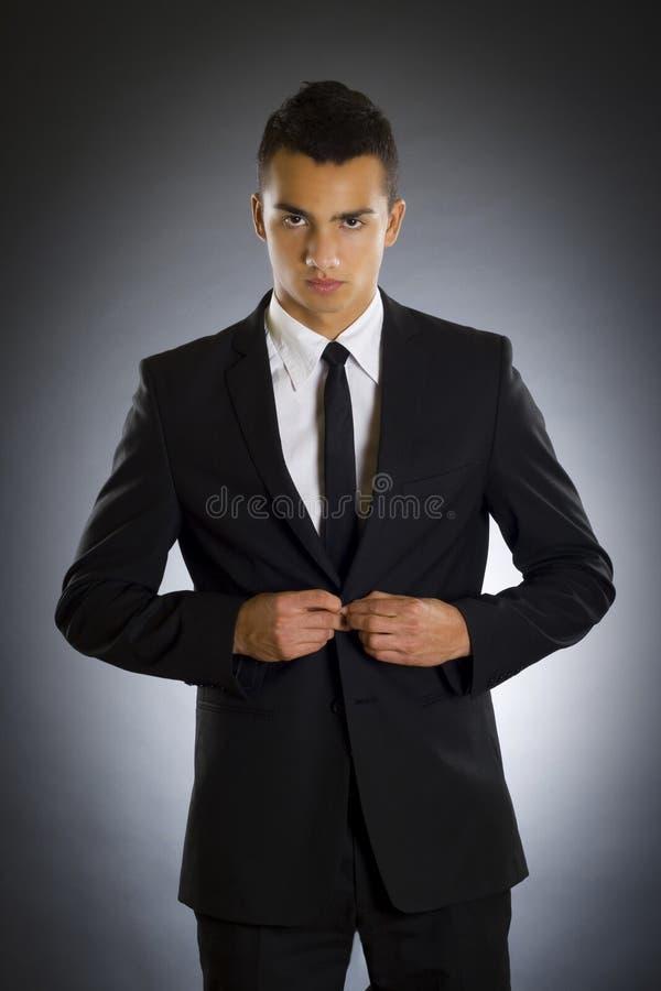 бизнесмен застегивает костюм вверх стоковые изображения
