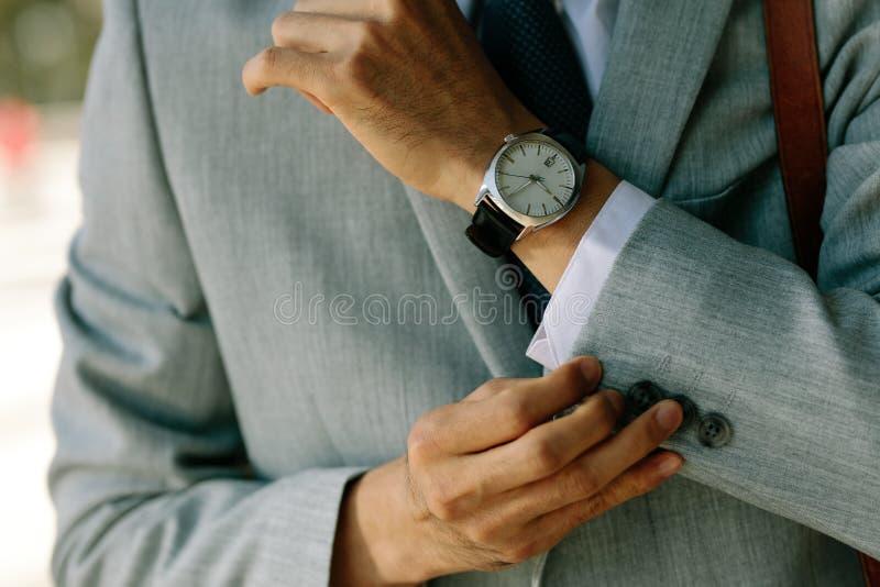 Бизнесмен застегивая вверх по его рукавам блейзера стоковые изображения rf