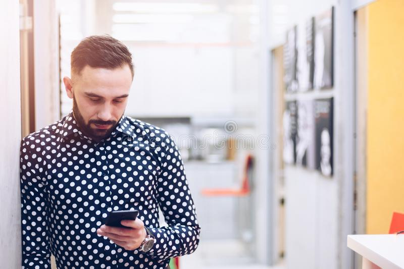 Бизнесмен звоня телефонный звонок в его офисе стоковое фото
