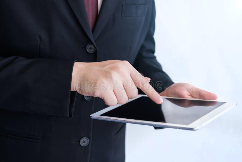 Бизнесмен играя сфокусированную руку таблетки стоковые изображения rf
