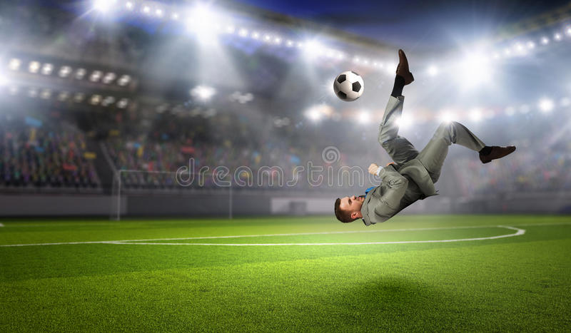 Download бизнесмен играя футбол Мультимедиа Стоковое Изображение - изображение насчитывающей мужчина, ballooner: 81808979
