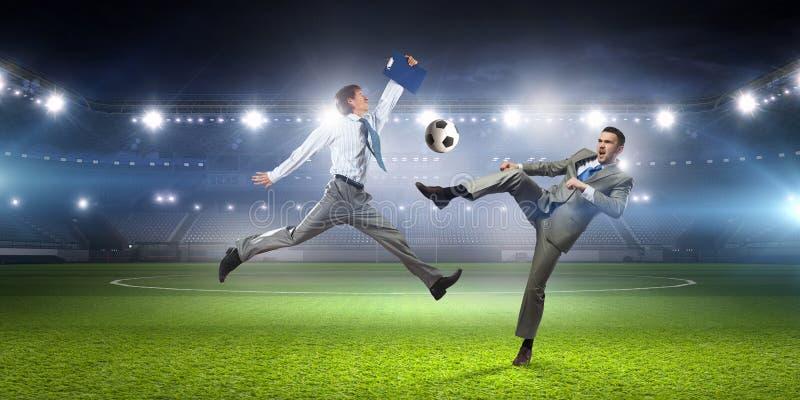 Download бизнесмен играя футбол Мультимедиа Стоковое Фото - изображение насчитывающей дело, сила: 81809460