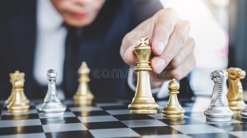 Бизнесмен играя шахматы достигая для того чтобы запланировать стратегию для suc стоковое изображение