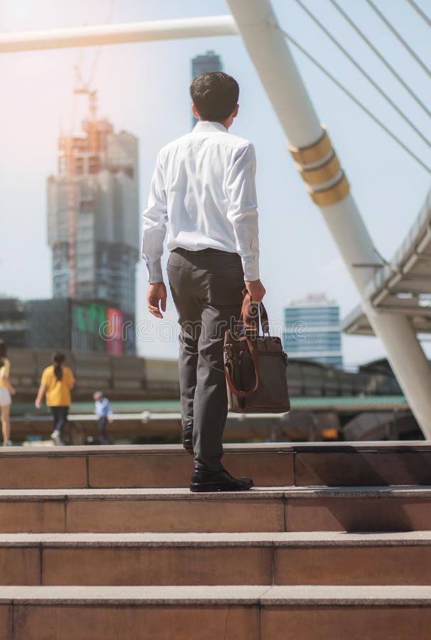 Бизнесмен идет в город стоковые фото