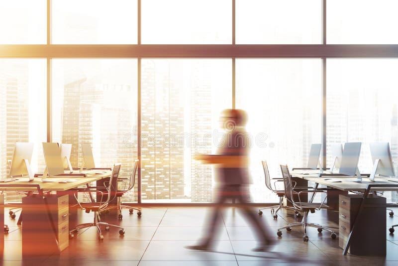 Бизнесмен идя в панорамный офис стоковое изображение