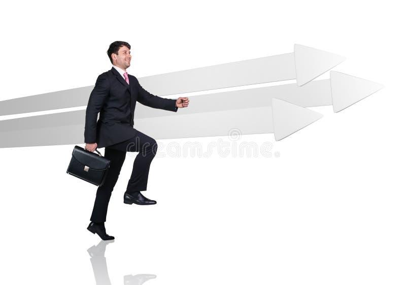 Бизнесмен идя около больших серых стрелок стоковые изображения