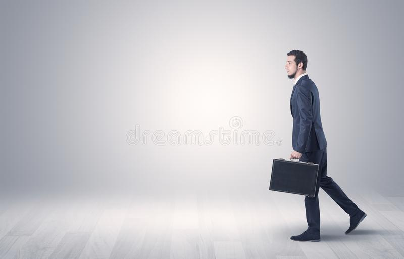 Бизнесмен идя перед пустой стеной стоковые изображения rf