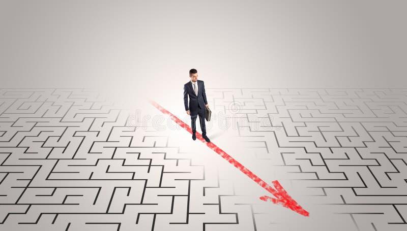 Бизнесмен идя через лабиринт стоковое изображение rf