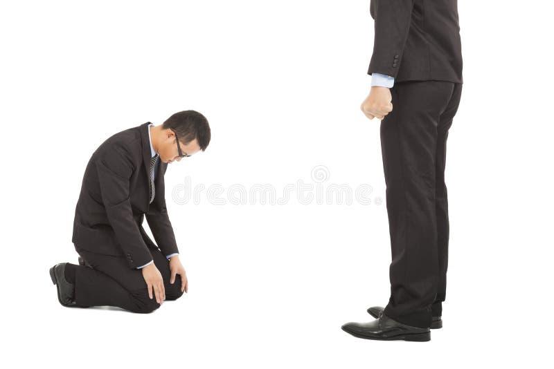 Бизнесмен извиняется к боссу для совершил некоторые ошибки стоковое фото rf