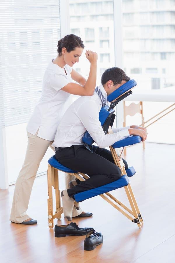 Бизнесмен имея задний массаж стоковое изображение rf