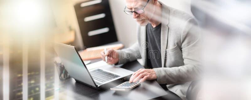 Бизнесмен используя калькулятор; множественная выдержка стоковая фотография rf