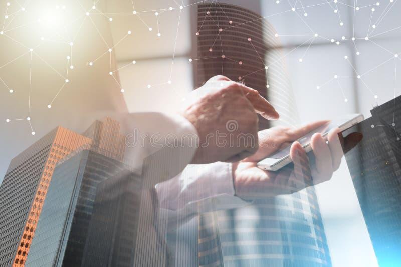 Бизнесмен используя мобильный телефон; множественная выдержка стоковое изображение rf