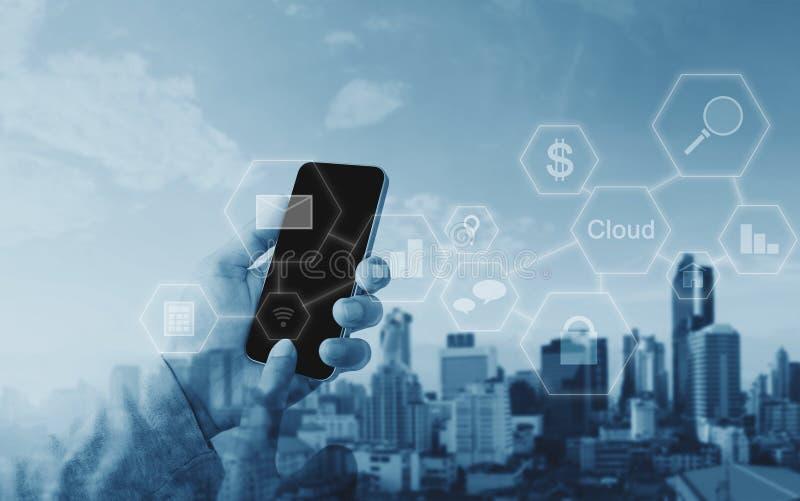 Бизнесмен используя передвижной умный телефон, технологию применения сетевого подключения стоковые изображения rf