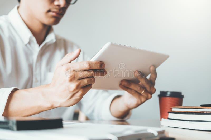 Бизнесмен используя планшет цифров для ходить по магазинам онлайн стоковая фотография rf