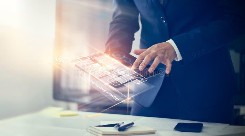 Бизнесмен используя современные оплаты интерфейса стоковые изображения rf