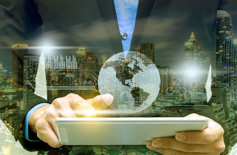 Бизнесмен используя телефон в офисе работы стоковое изображение rf