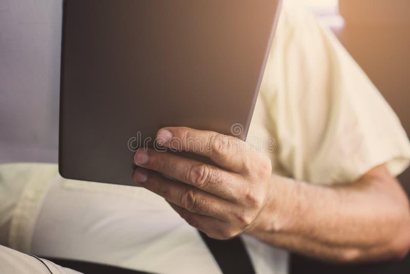 Бизнесмен используя цифровую таблетку в автомобиле стоковые изображения rf