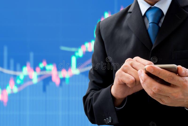 Бизнесмен используя smartphone для глобального бизнеса стоковая фотография rf